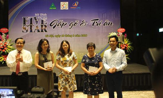 Ông Phạm Thành Công - Chủ tịch Tập đoàn GFS trao quà cho những khách hàng may mắn.