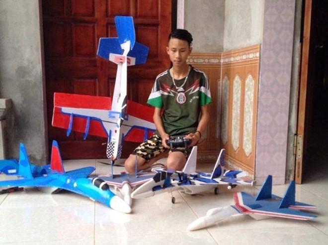 "Hoc sinh che mo hinh Su-37: ""Khong phai mua ve la bay duoc"""