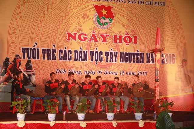 Đoàn viên thanh niên biểu diễn cồng chiêng, nhạc cụ đặc trưng của các dân tộc Tây Nguyên. Ngoài ra còn có những tiết mục văn nghệ mang đậm bản sắc như hát dân ca, hát kể sử thi...